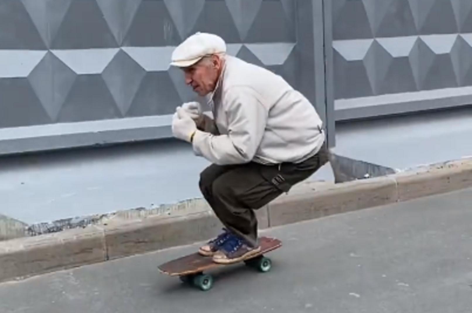 Un pensionar care merge cu skateboardul prin Sankt Petersburg a devenit senzaţie pe internet