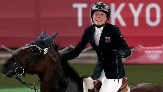 JO de la Tokyo. Reacția violentă a unei sportive după ce calul ei a refuzat să treacă peste obstacole. VIDEO