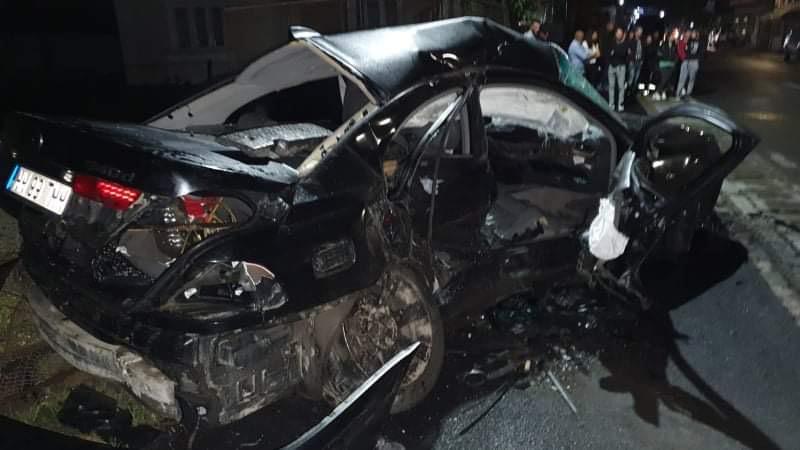 O fată de 14 ani a murit în mașina condusă de iubitul ei. Alți 3 tineri au fost răniți după ce două BMW-uri s-au ciocnit