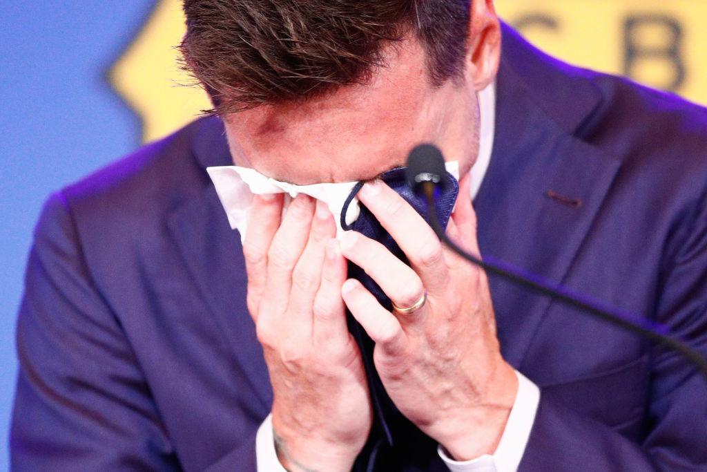 1 milion de dolari pentru batista cu care Messi și-a șters lacrimile la conferința de adio