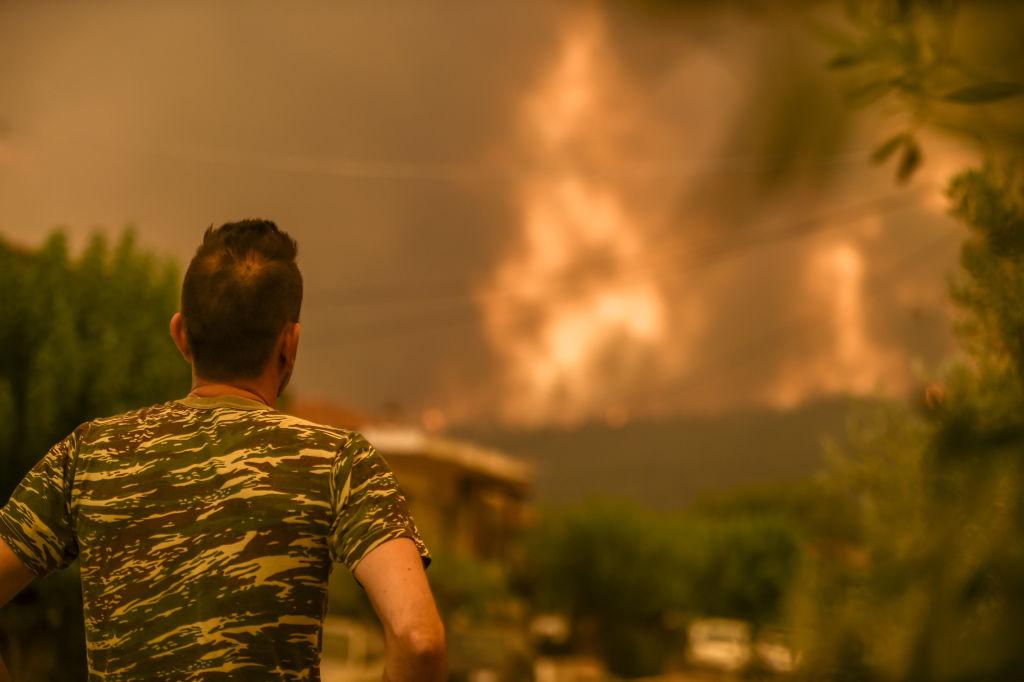 Arde aerul, arde pădurea şi pare că arde Grecia toată. Oamenii disperaţi simt că trăiesc o catastrofă biblică