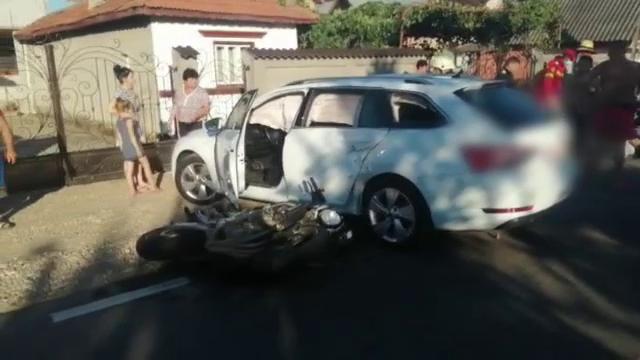 Motociclist rănit grav într-un accident cu o mașină. Șoferul a virat fără să se asigure