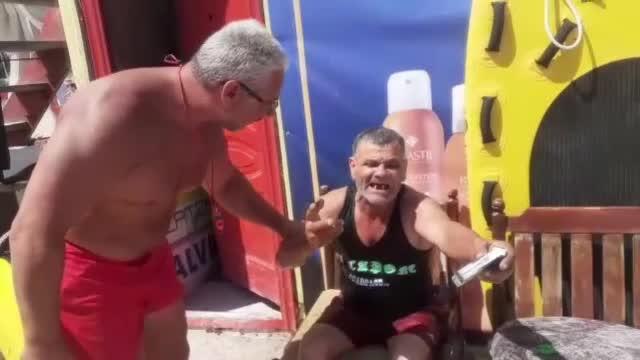 """Reacția unui bărbat beat după ce a fost salvat de la înec pe litoral. """"Băi, mi-a udat țigările!"""""""