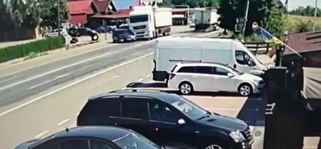 Un bătrân de 77 de ani a scăpat cu câteva zgârieturi, deși a provocat un accident teribil