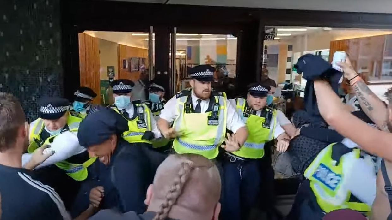 Asalt la sediul BBC. Ciocniri violente între poliție și mai mulți protestatari care au forțat intrarea în instituție