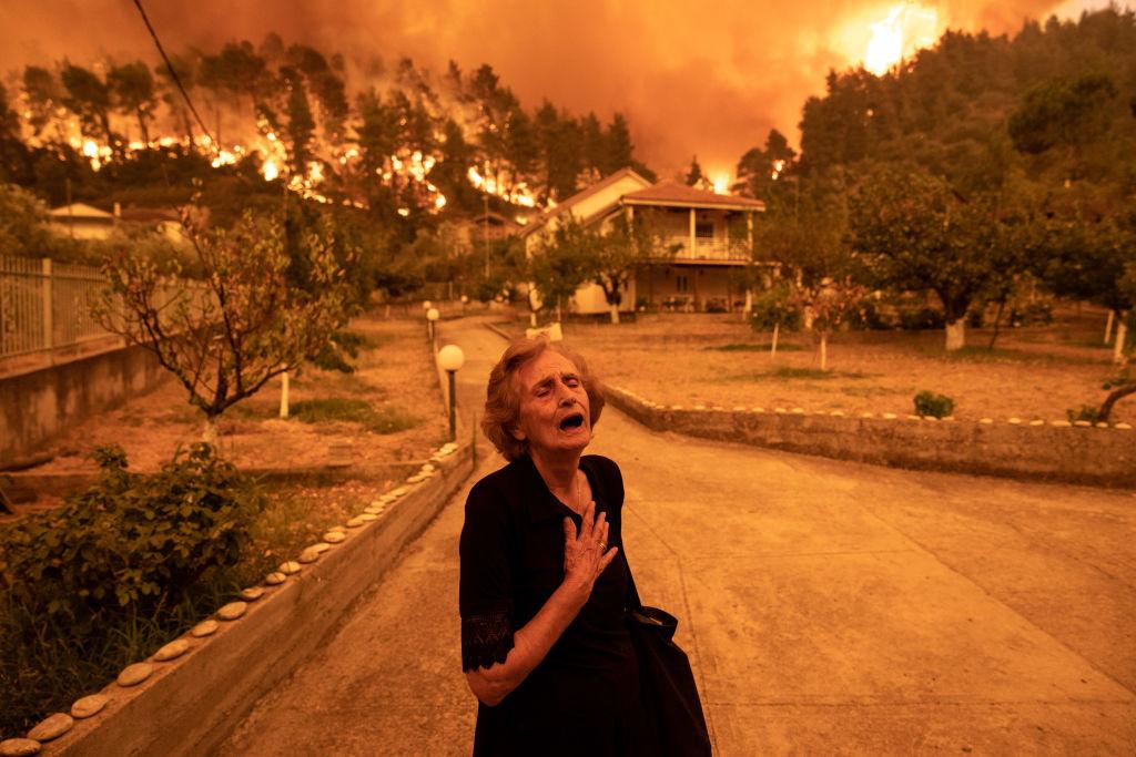 """Incendiile din Grecia. Oamenii își duc mașinile pe terenurile de fotbal pentru a le salva. """"E doar începutul sfârșitului"""""""