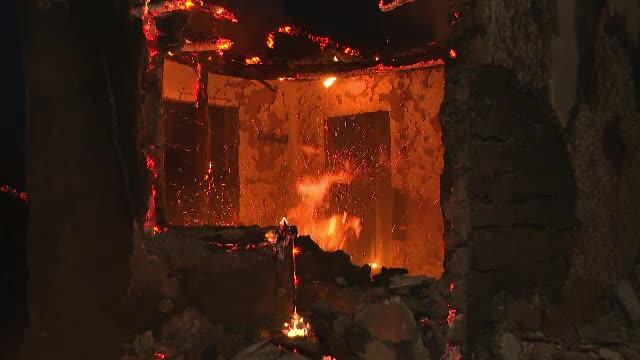 """Incendiu de proporții în Devesel. Zeci de gospodării au luat foc: """"E un haos, altceva nu e"""""""