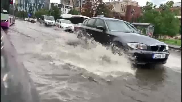 S-au rupt norii în Cluj-Napoca. În mai puțin de 20 de minute, toate străzile au fost inundate
