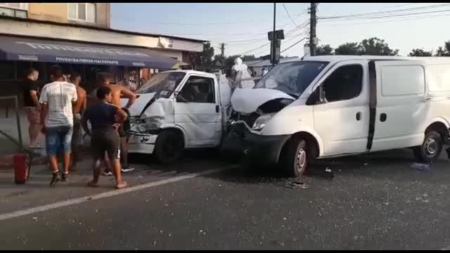 Patru mașini s-au izbit violent, după ce un șofer nu a acordat prioritate. Patru oameni au fost răniți