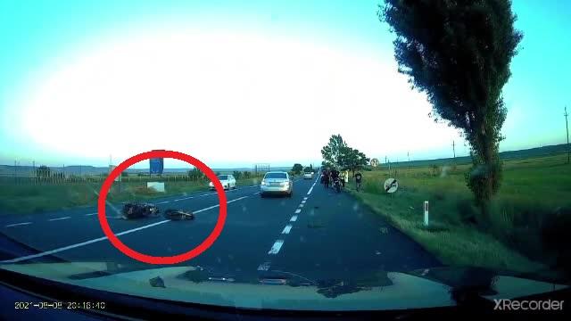 Un motociclist a fost lovit atât de tare de o mașină, încât vehiculul s-a rupt în două