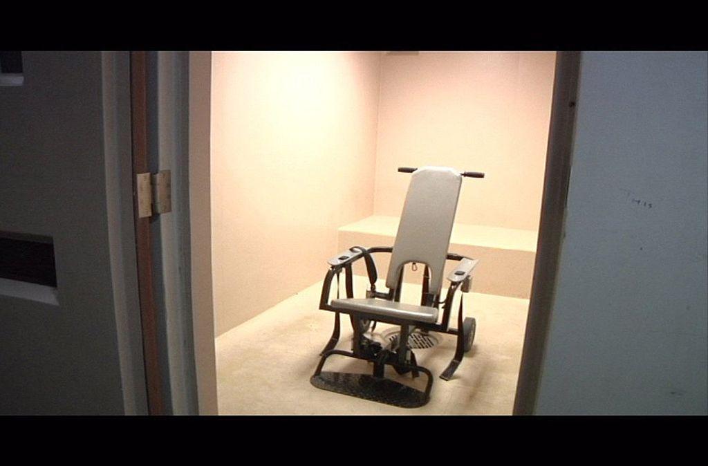 """Șofer legat pe """"scaunul diavolului"""" și torturat de polițiști. Fusese arestat pentru că a condus fără permis"""