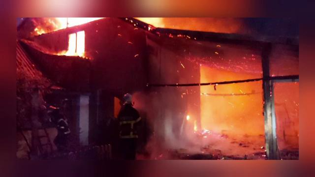 O casă în care era cazați opt turiști a luat foc în Jurilovca. Cinci au ajuns la spital