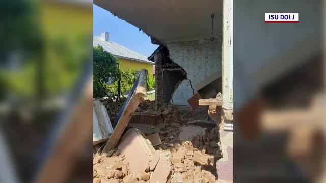 Doi muncitori din Dolj au fost îngropaţi în pământ după ce zidul unei case s-a prăbușit