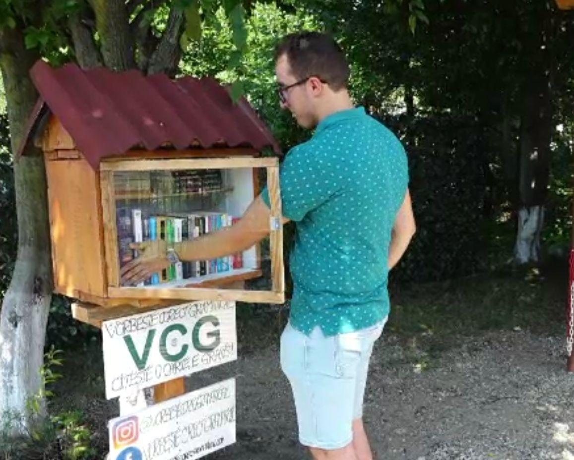Căsuța cu cărți, ideea inedită a unui maramureșean care încurajează cititul. Alex Pop nu cere nimic în schimb