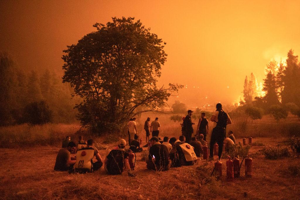 Mărturii din infernul grec. Sate întregi de oameni s-au unit să țină piept incendiilor care le-au mistuit viețile