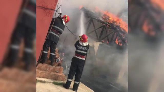 O casă din Dâmbovița a ars din temelii, după ce o femeie a dat foc unor gunoaie în curte