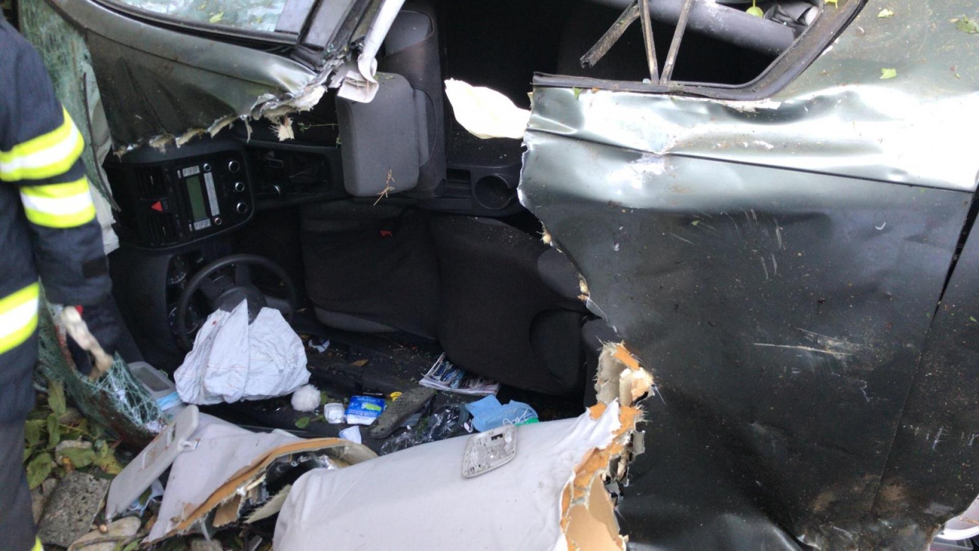 A făcut praf o gospodărie, după ce a pierdut controlul volanului. Doi oameni au ajuns la spital. VIDEO