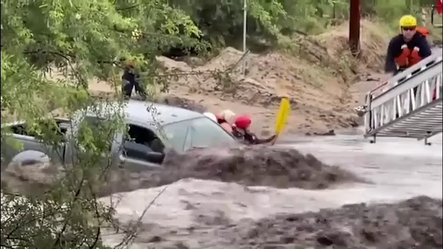 Operaţiune de salvare contra-cronometru: Trei femei, prinse în mașină în mijlocul unei viituri