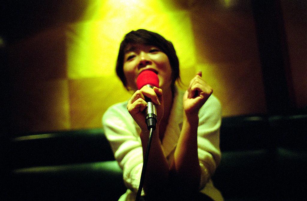 China interzice cântecele pentru karaoke care ameninţă