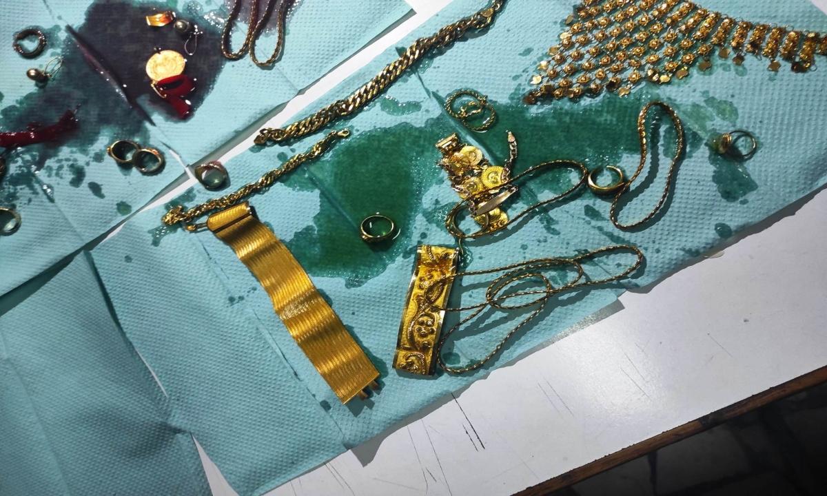 Bijuterii de 200.000 de euro, ascunse în cutii cu cremă de mâini și ulei de motor, în bagajele unei femei. De unde le furase