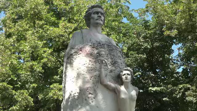 Cea mai veche statuie a lui Mihai Eminescu, spălată cu detergent de rufe, după ce a fost pătată cu vopsea