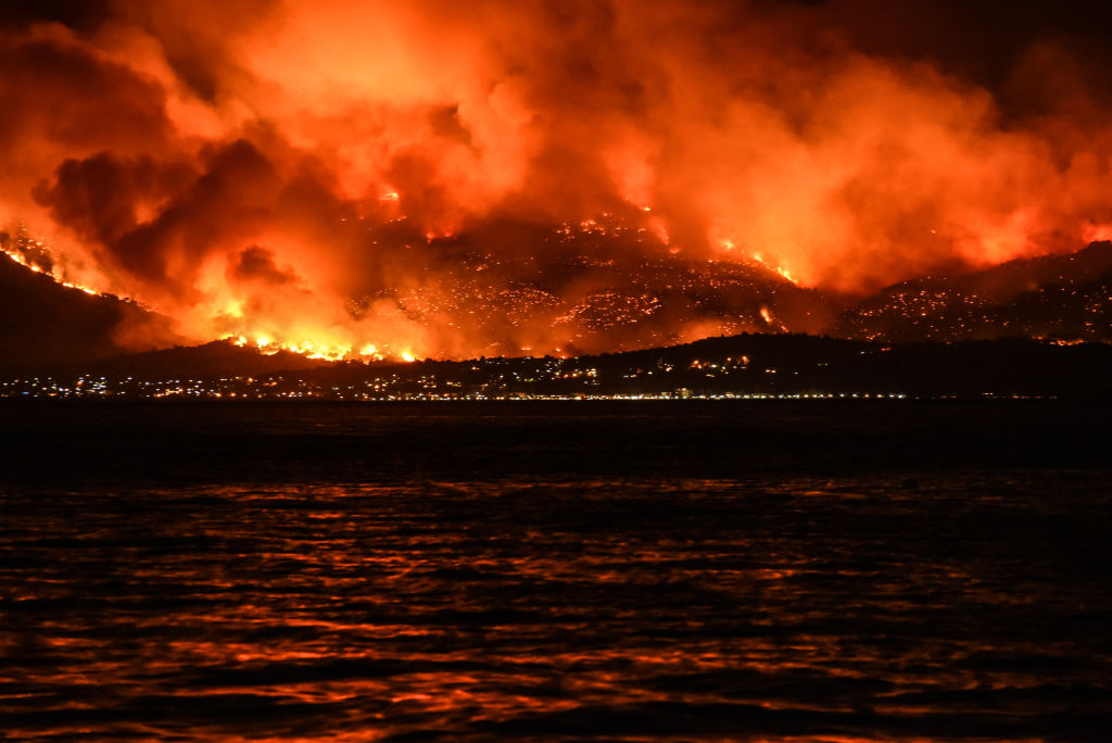 Flăcările continuă să facă ravagii în Grecia, dar localnicii refuză să-și părăsească locuințele