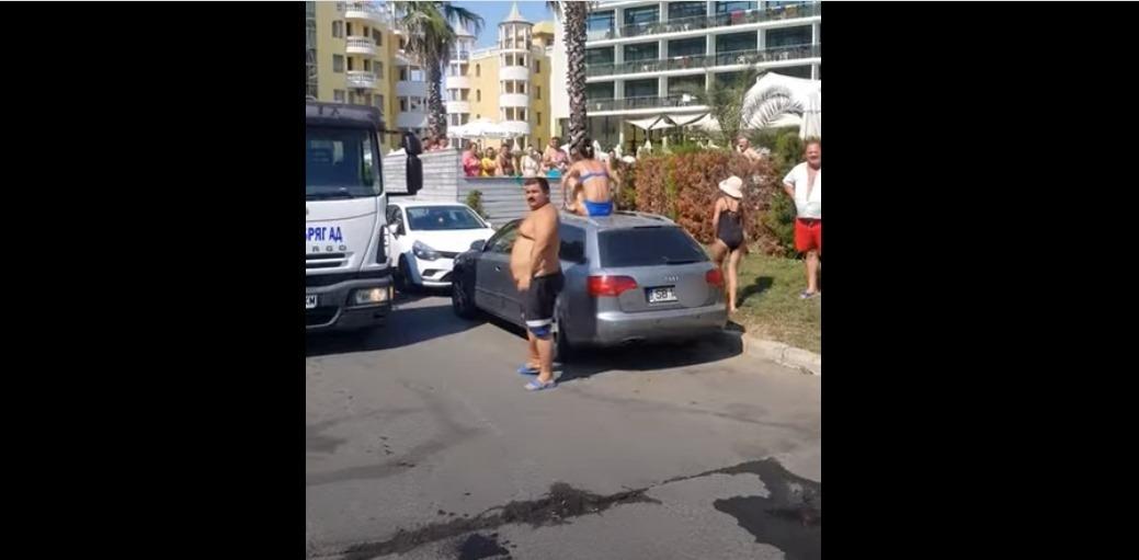 """O româncă s-a urcat pe mașină ca să nu-i fie ridicată după ce a parcat ilegal în Sunny Beach. """"Oare așa fac și la ei acasă?"""""""