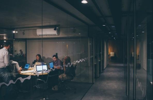 (P) Cum sa te simti confortabil la birou: 4 trucuri