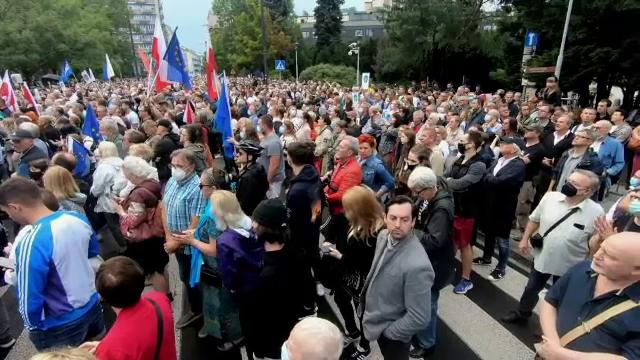 O lege controversată a presei a fost adoptată în Polonia. Oamenii au ieșit în stradă