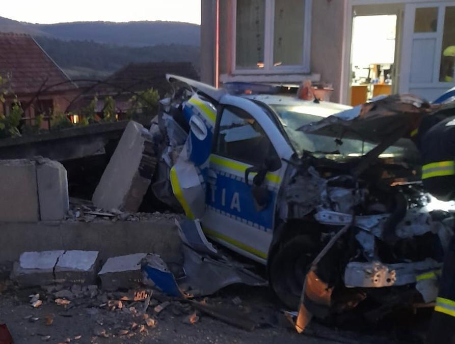 A făcut praf o mașină de poliție și o dubă a Jandarmeriei, după ce a adormit la volanul TIR-ului. GALERIE FOTO