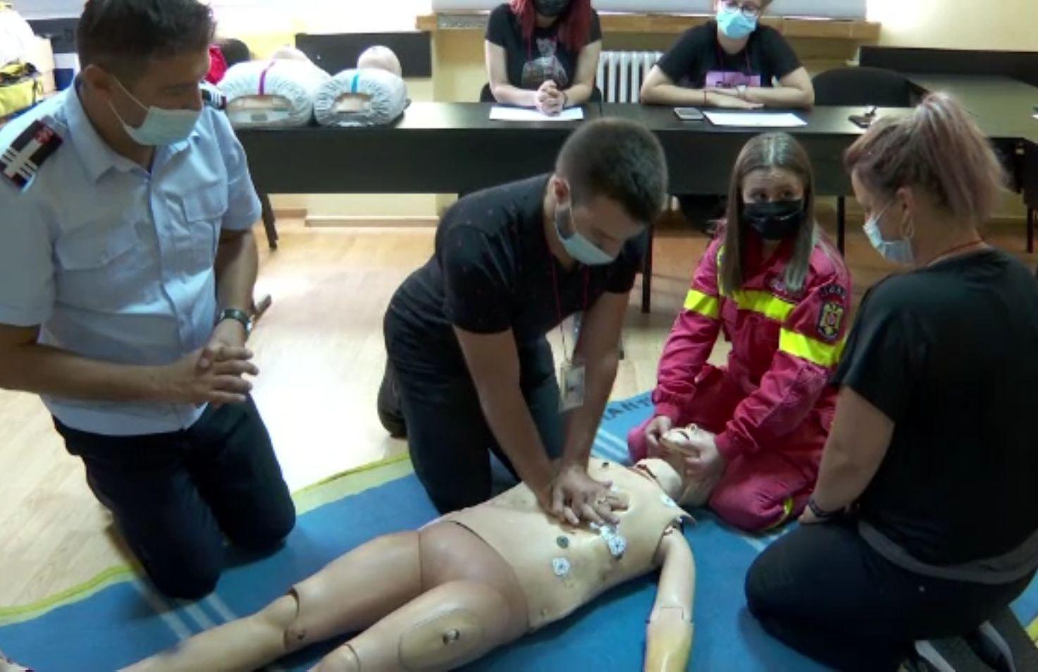Prea puțini români pot acorda corect primul ajutor până la sosirea ambulanței. Cum poți deveni voluntar SMURD