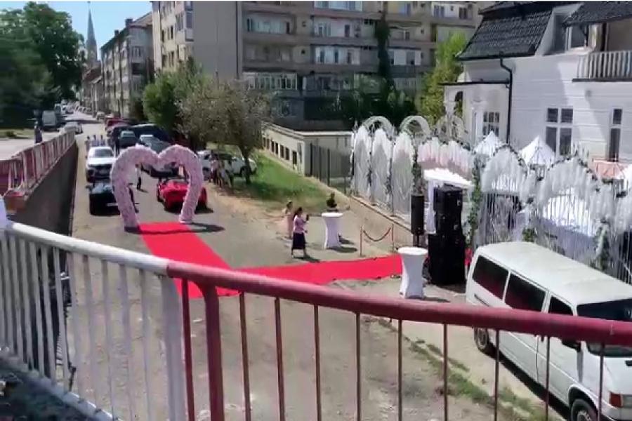 O familie din Lugoj a blocat o stradă pentru a-și face nunta. Au pus covor roșu și boltă de flori în mijlocul drumului