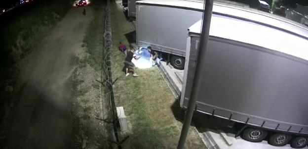 Râmnicu Sărat: Trei bărbaţi din Bangladesh, depistaţi în remorca unui camion înmatriculat în Belarus