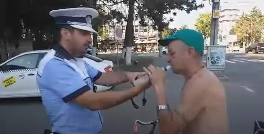VIDEO. Un biciclist din Brăila a fost prins de polițiști prea beat ca să poată sufla în etilotest
