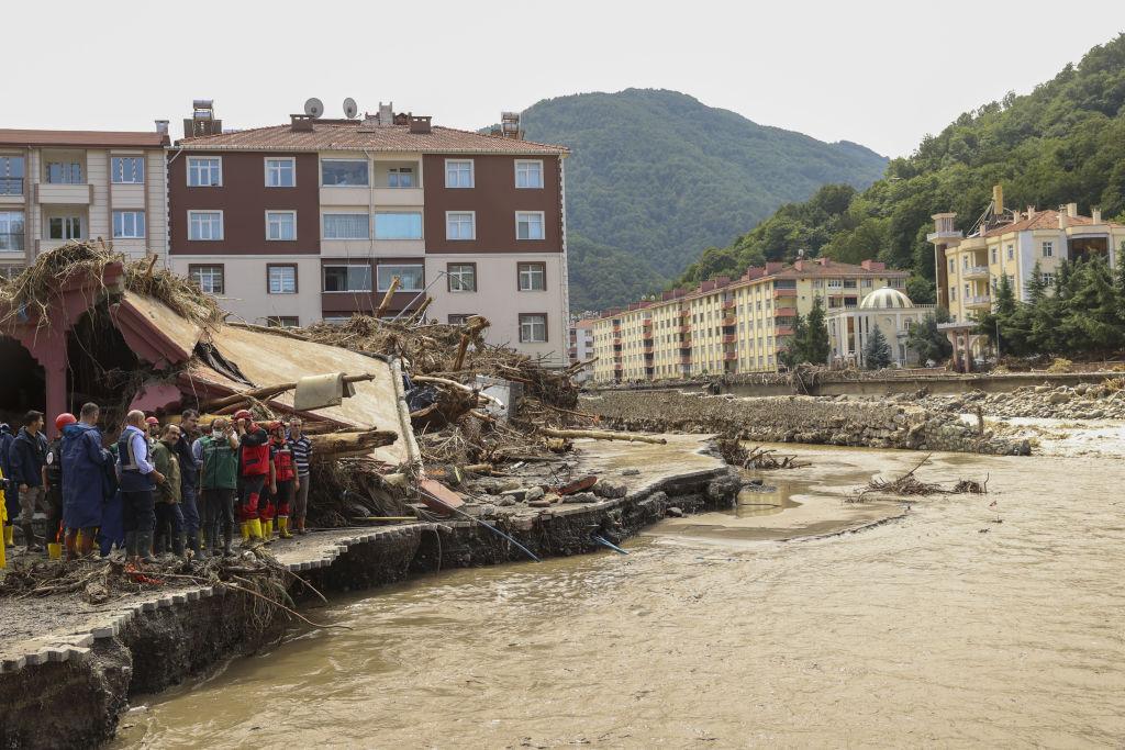 Numărul morților a ajuns la 44, în Turcia. Imaginile surprinse din dronă arată dezastrul produs de inundații. VIDEO