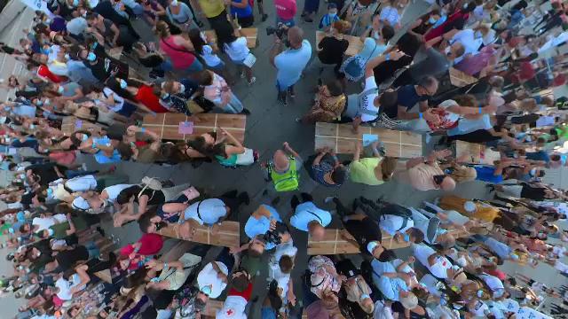 Peste 300 de bulgari superstiţioşi s-au strâns în centrul Sofiei, vineri, 13 august, ca să bată-n lemn