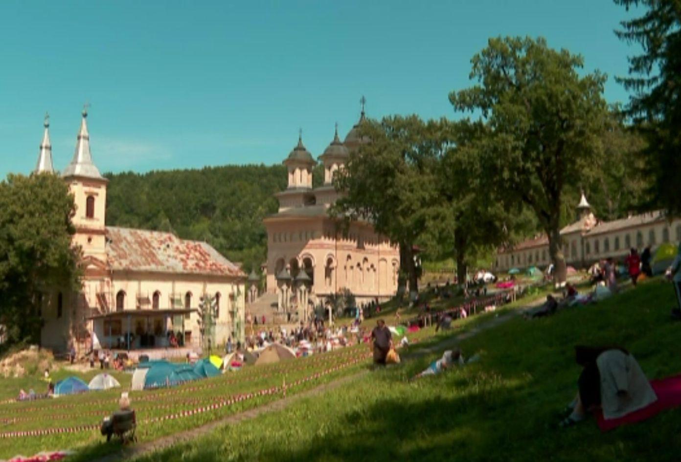 Procesiunea credincioșilor la Mănăstirea Nicula, în ajunul Sfintei Mării. Oamenii au dormit pe pături în curtea mănăstirii