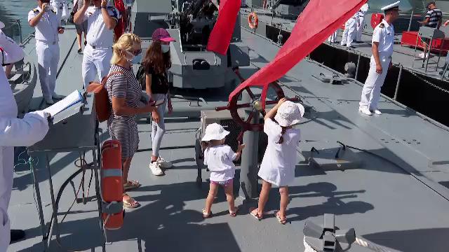 Ziua porților deschise în ajunul sărbătorii Marinei a atras puhoi de vizitatori. Copiii au admirat armele