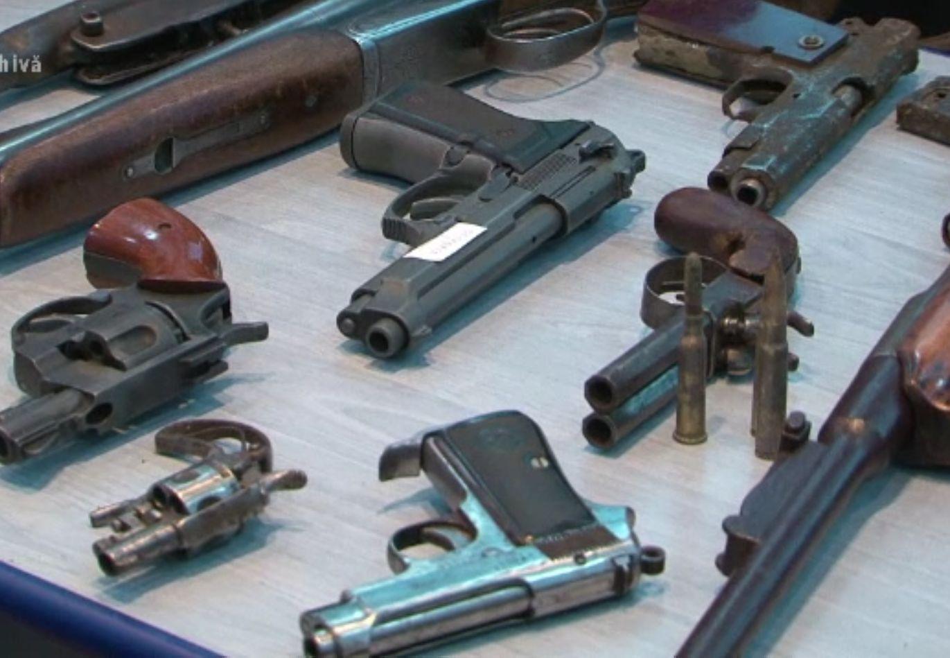 Romanii importa ilegal tot mai multe arme. 4 din 10 confiscate anul acesta sunt fără acte legale