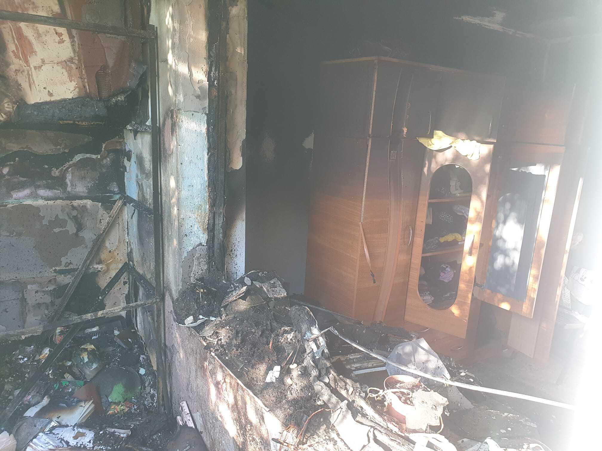 Un apartament din Galați s-a făcut scrum. Focul a pornit de la o lumânare. GALERIE FOTO