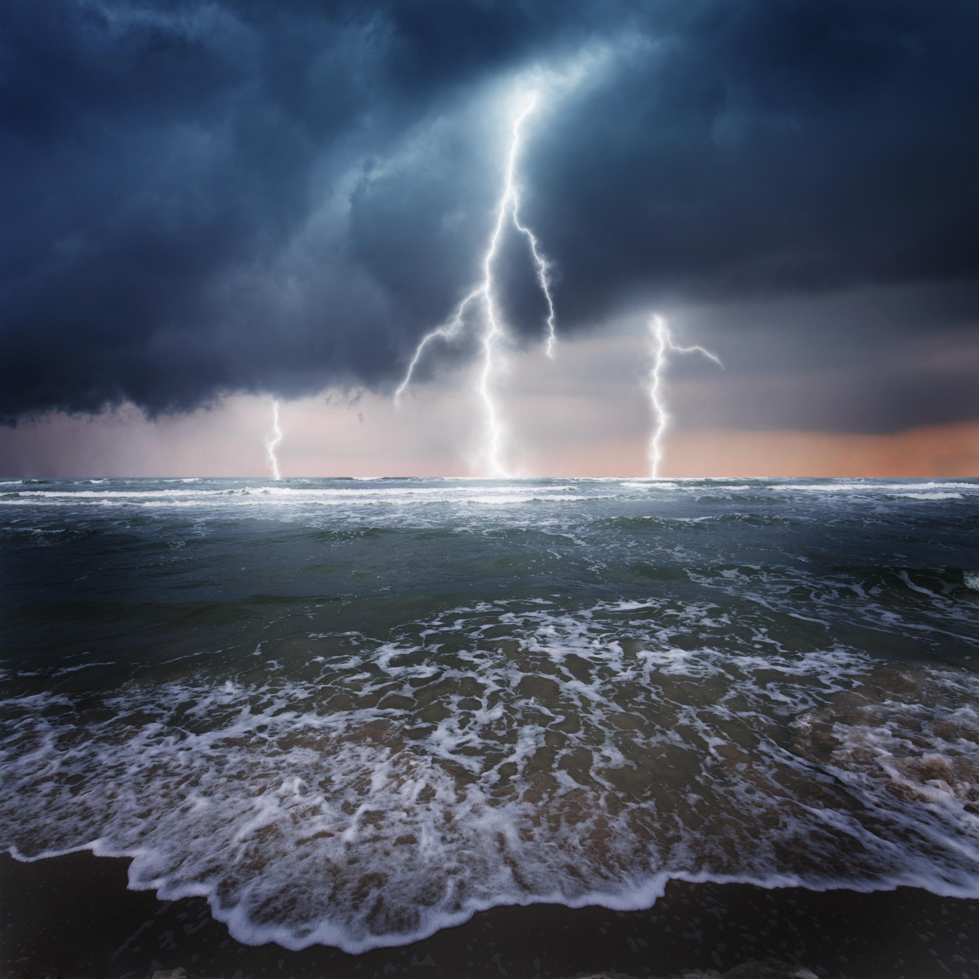 7 oameni au fost loviți de un fulger pe o plajă, din SUA. Un copil a murit