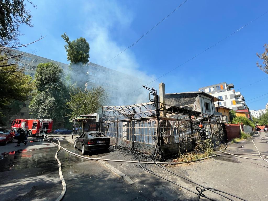 Incendiu puternic la o terasă din București. Pompierii intervin în forță