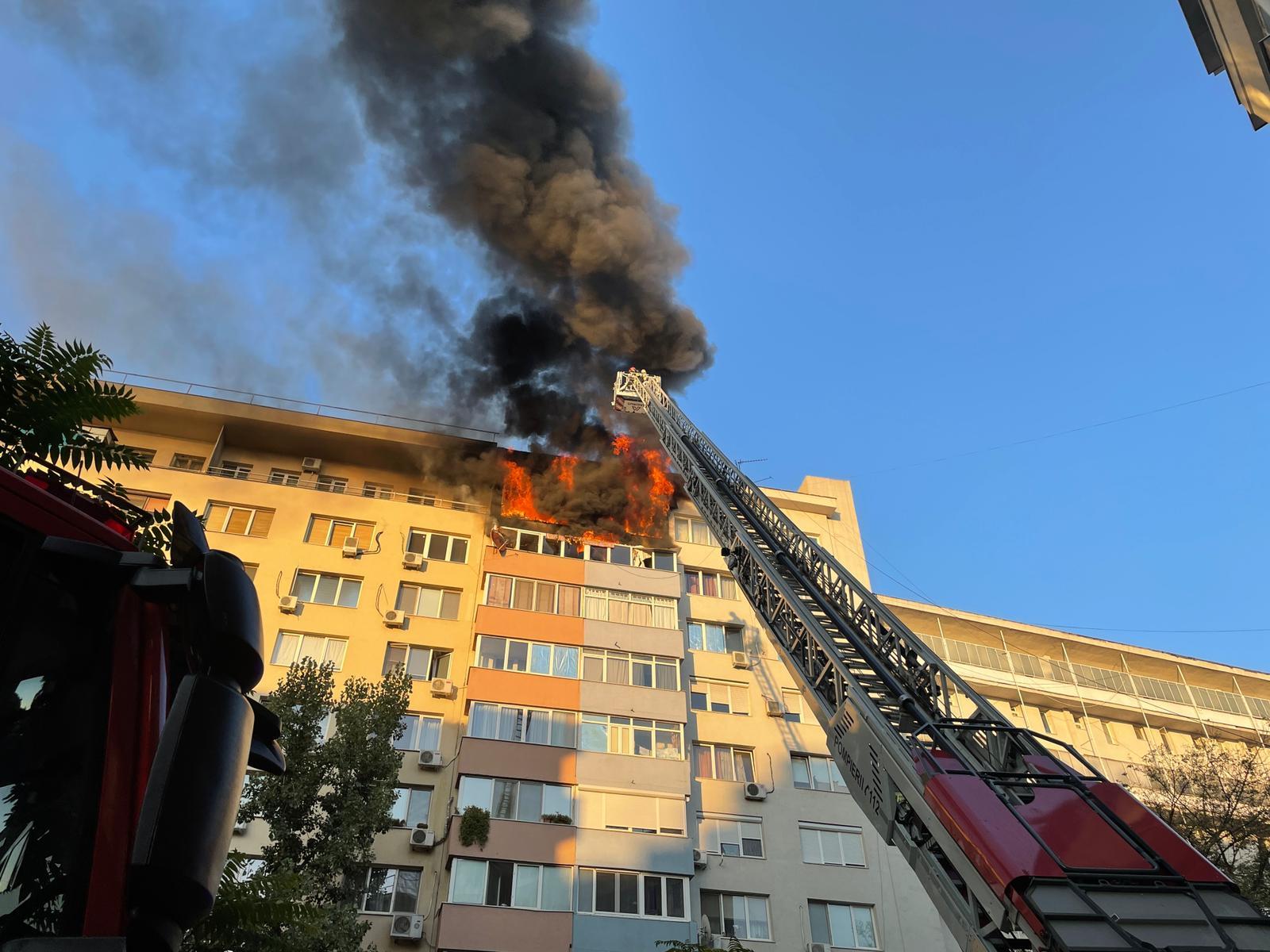 Incendiu violent, cu risc de extindere, într-un bloc de lângă Sala Palatului. VIDEO