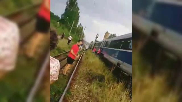 Un tren plin cu călători, oprit în câmp timp de o oră. Care a fost motivul
