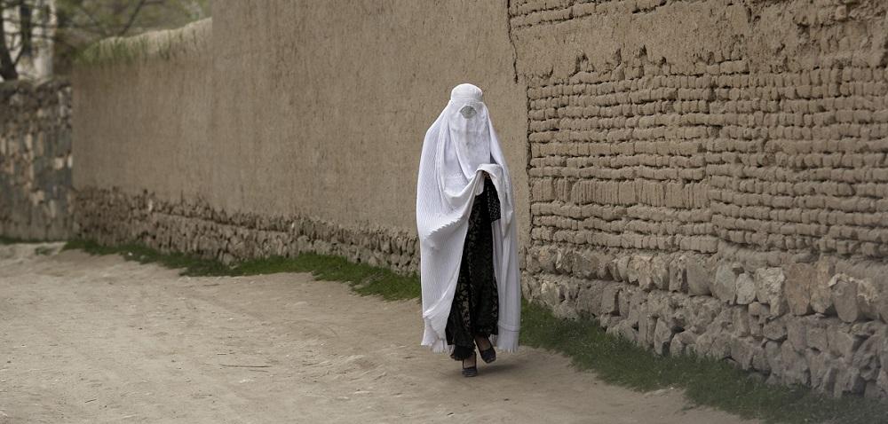 Afganistan: Talibanii le obligă pe femei să-și părăsească locurile de muncă