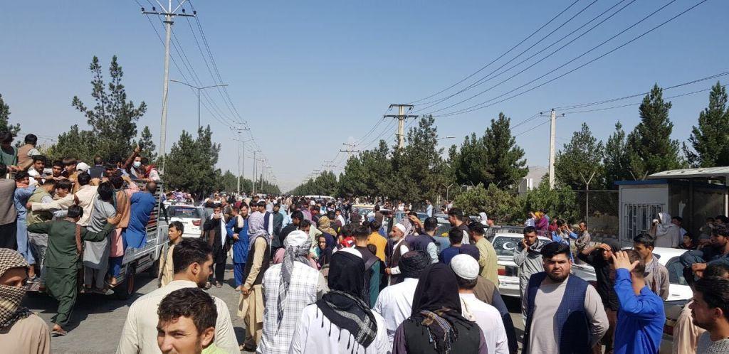 Afganii vor fi evacuați și după 31 august. La ce concluzie au ajuns Joe Biden și Boris Johnson