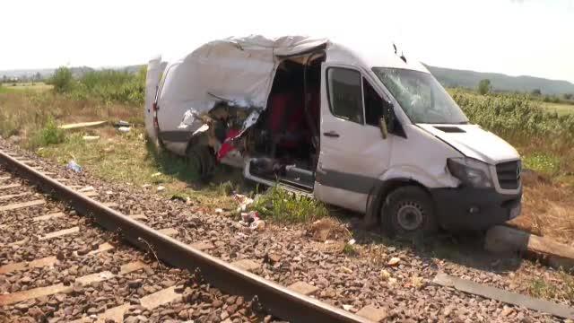 Un microbuz a fost izbit de un tren, în județul Cluj. O fetiță și mama ei sunt în stare gravă