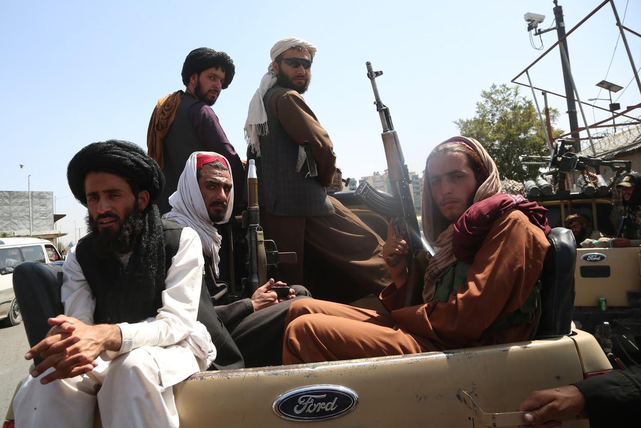 GALERIE FOTO. Primele imagini cu talibanii înarmați până în dinți pe străzile Kabulului