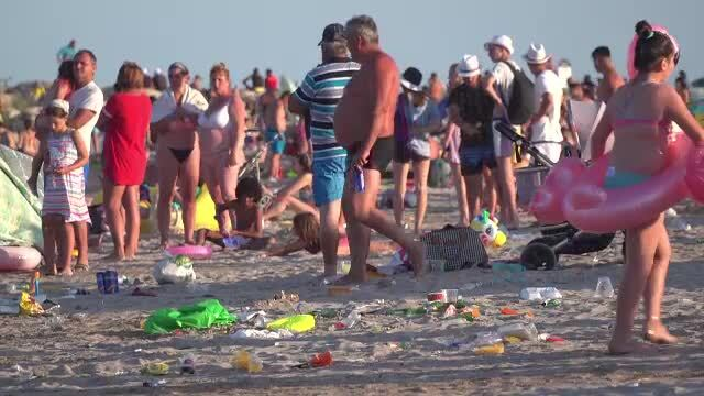 Bacterii și microbi periculoși în mare, la Costinești. Unii turiști își lasă copiii să își facă nevoile pe plajă