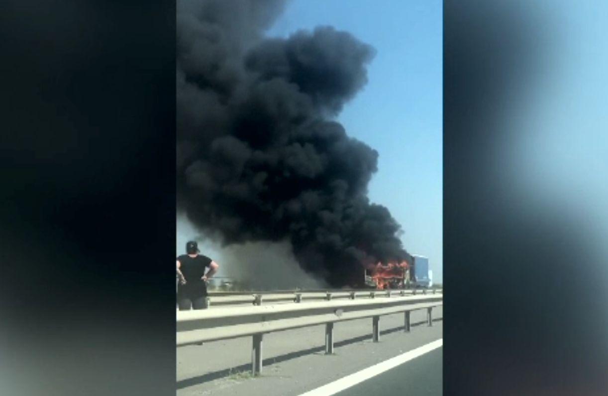 Un tir a luat foc pe Autostrada București-Pitești. De unde a pornit incendiul